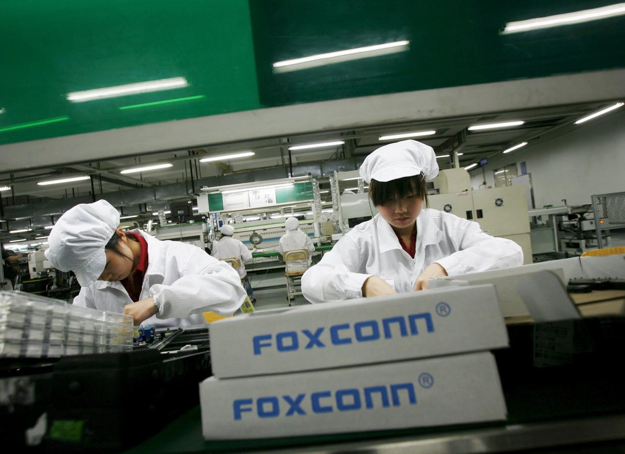 Werknemers in een Foxconn-fabriek.