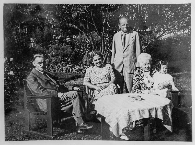 Rosette met haar pleegouders na de oorlog.  Beeld Privé archief