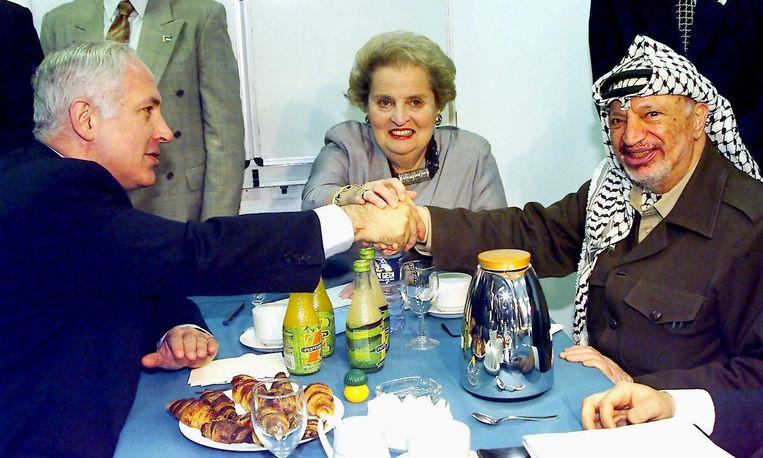 Netanyahu samen met de Palestijnse leider Yasser Arafat en de Amerikaanse minister van buitenlandse zaken Madeleine Albright in 1998. Beeld EPA