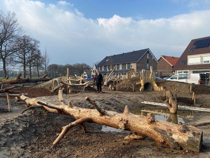 Wethouder Duurzaamheid Henny van Dijk bij een speelplaats in de wijk Akkerwinde waar gekapte eikenbomen zijn gebruikt.