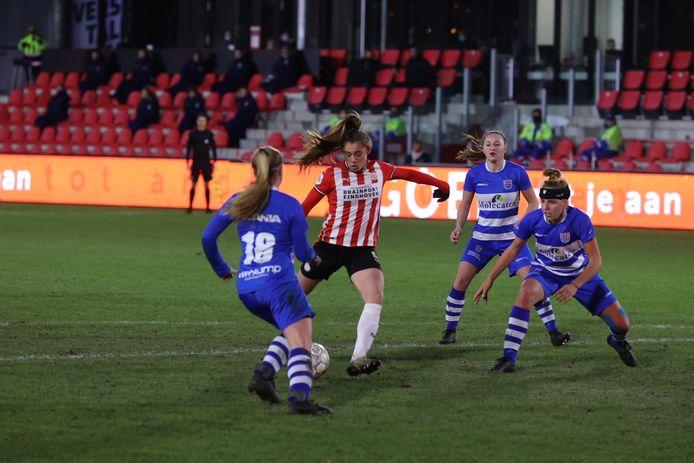 Ondanks veel tegenstanders van PEC om haar heen, scoort Joëlle Smits voor PSV.