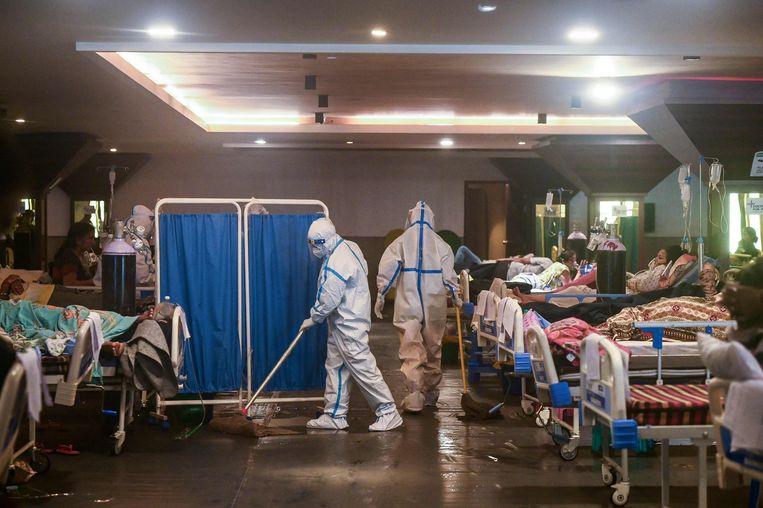 Een zaal met zieken in New Delhi. Beeld AFP