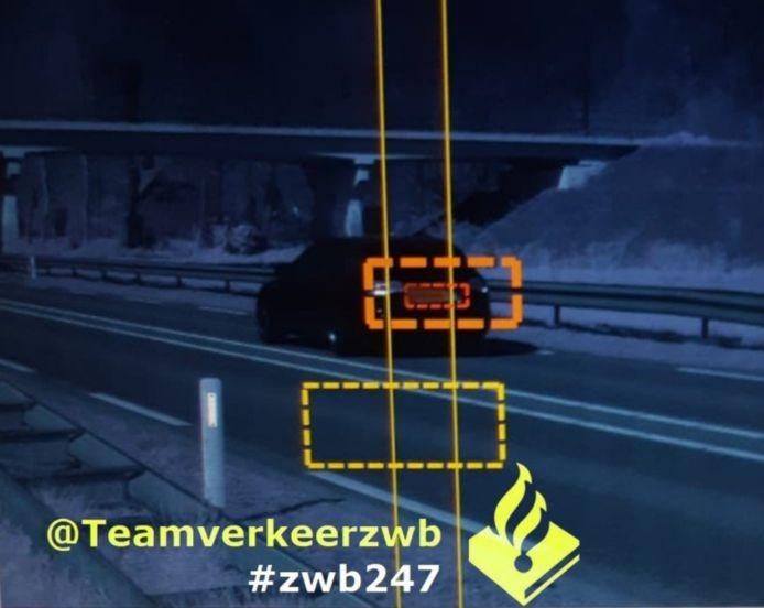 De dollemansrit van deze automobilist op de N267 werd vastgelegd door de 'huisfotograaf' van Politieteam Verkeer Zeeland-West-Brabant