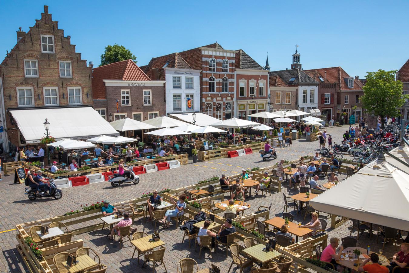 Terrassen op de Vismarkt in Heusden. Omdat terrassen vanwege corona een deel van het jaar niet open mochten, krijgen de horeca-ondernemers terrashuur terug.