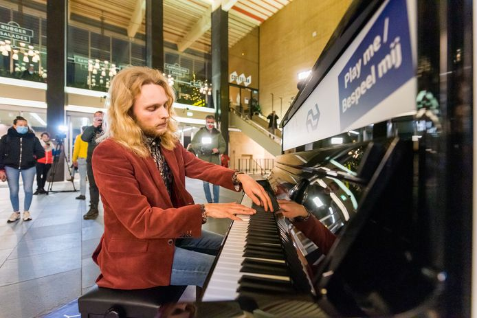 Pianist David Hordijk bespeelt de nieuwe piano in de Eindhovense stationshal.