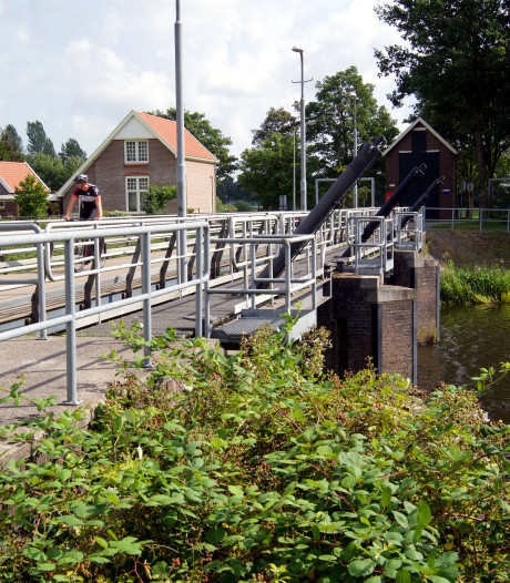 Nieuwe brug komt naast bestaande zwakke brug boven stuw Junne