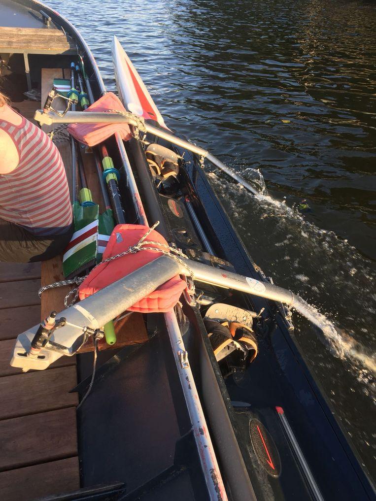 Een andere boot sleepte Anneke en haar roeimaatje weer terug.