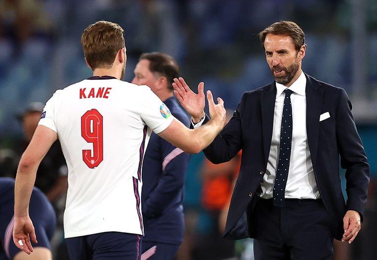 Southgate feliciteert zijn aanvoerder Kane met de ruime zege (4-0) op Oekraïne in de kwartfinale. Beeld EPA