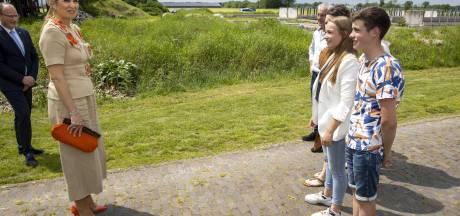 Koningin Máxima praat in Lettele met boeren over geldproblemen: 'Prachtig'
