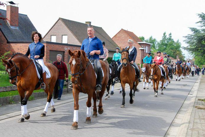 Aan de processie neemt jaarlijks een 100-tal ruiters deel.