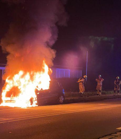 Auto vliegt tijdens het rijden plots in brand in 's-Gravenzande