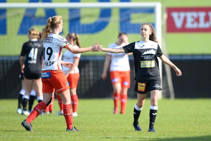 Tiffanie Vanderdonckt (r.) verlaat ontgoocheld het veld na de thuisnederlaag tegen Zulte-Waregem.