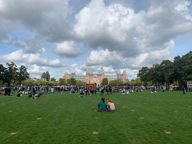 Betogers vullen ongeveer de helft van het grasveld op het Museumplein. Beeld Raounak Khaddari