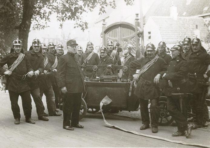 Een brandweerman is zich er ten volle van bewust welke belangrijke taak hij uitoefent en dat hij door snel te handelen mensenlevens kan redden. Op de Westsingel staat rond 1925 een groep brandweermannen, met in het midden hun brandmeester W.H. Massa.