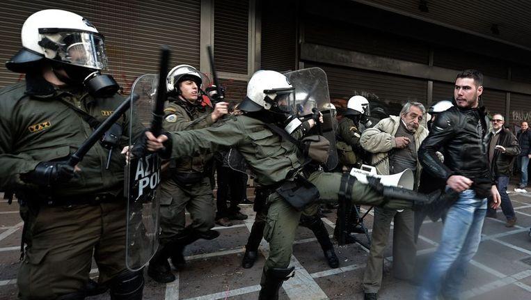 Demonstranten en oproerpolitie tijdens een demonstratie in Athene, eind januari. Beeld afp