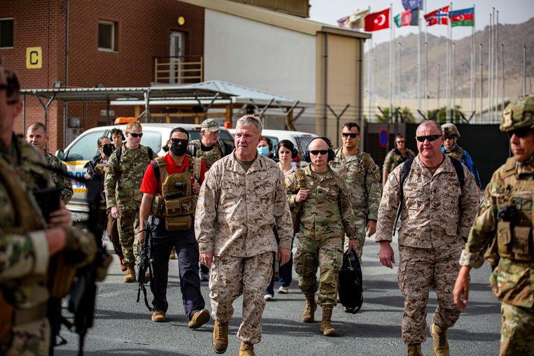 De Amerikaanse generaal Kenneth McKenzie, die de leiding had over de militaire operaties in Afghanistan, op het vliegveld van Kabul. Beeld U.S. Navy via Reuters