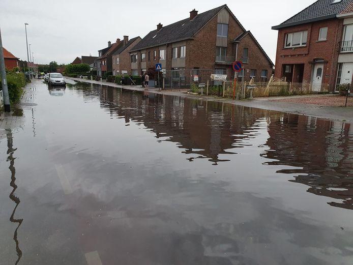 De Gaversstraat in Sint-Gillis-Waas is één van de straten waar de riolering het water voor een tweede keer op enkele weken tijd niet meer kon slikken.