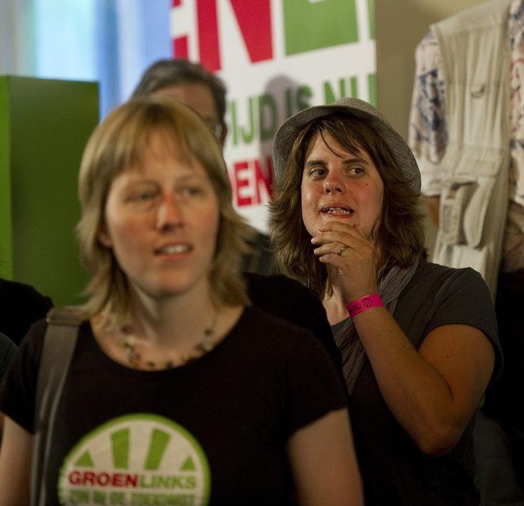 Teleurstelling bij leden van GroenLinks die kijken naar de tegenvallende prognose van de Tweede Kamerverkiezingen op televisie tijdens de uitslagenavond van GroenLinks in het Nieuw Rotterdams Cafe. Beeld anp