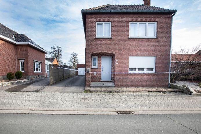 De man werd aangetroffen in zijn garage, gelegen aan de Kruisstraat in Hoeselt.