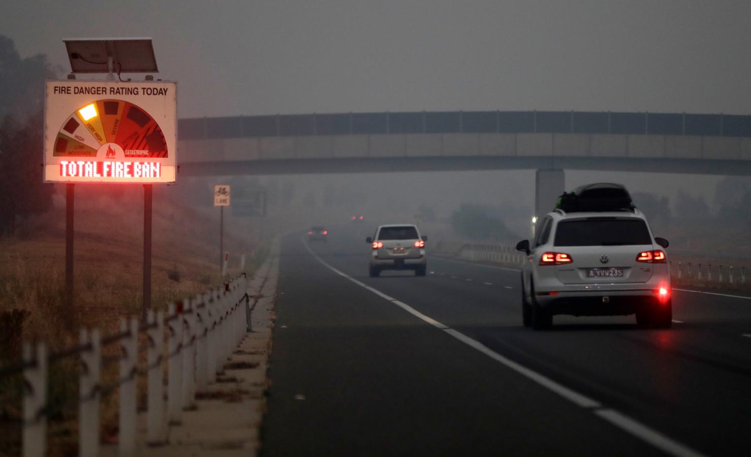 Mensen vluchten uit Canberra vanwege de vele bosbranden in de hoofdstad van Australië.