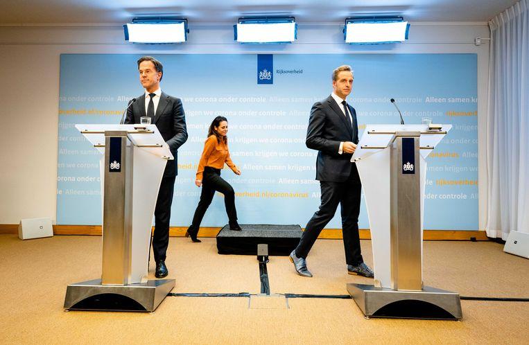 Premier Mark Rutte en Minister Hugo de Jonge van Volksgezondheid, Welzijn en Sport (CDA) tijdens de persconferentie na afloop van het overleg over de coronacrisis. Beeld ANP