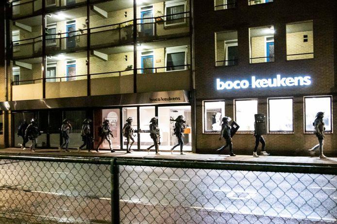 In een rijtje lopen leden van het arrestatieteam richting de woning van een 30-jarige man uit Zutphen. Hij is aangehouden vanwege het dreigen met een terroristisch misdrijf.