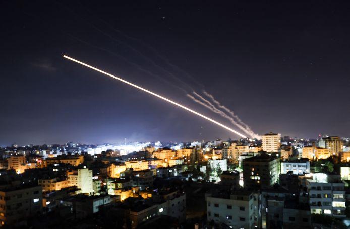 Raketten worden gelanceerd vanuit Gaza-Stad richting Israël in de nacht van vrijdag op zaterdag. (15/05/2021)