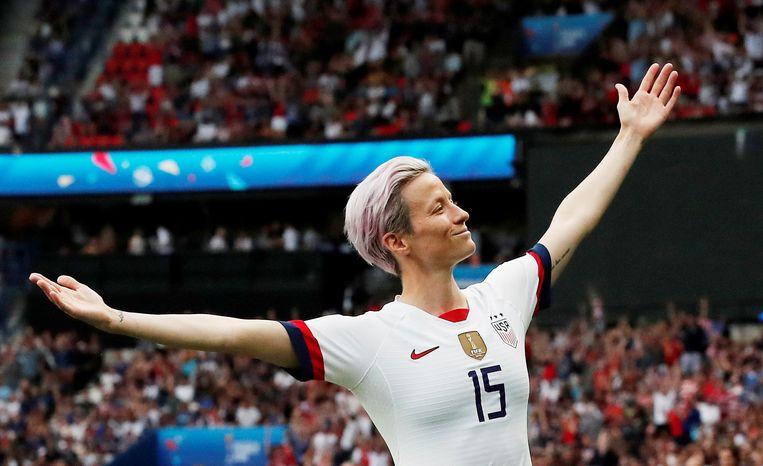 Megan Rapinoe juicht nadat ze de VS op een 1-0 voorsprong tegen Frankrijk heeft gezet. Beeld REUTERS
