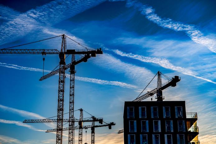 Het aanbod van nieuwbouwwoningen zorgt mede voor oplopende vraagprijzen op de woningmarkt.