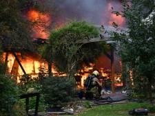 Grote vuurzee in Daarlerveen, brandweer voorkomt overslag naar woonhuis
