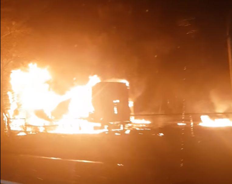 Door het ongeval brandden twee vrachtwagens volledig uit. Eén chauffeur overleefde het ongeval niet. Beeld Facebook