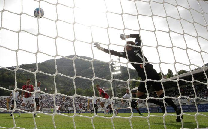 De kopbal van Maldini vliegt tegen de touwen.
