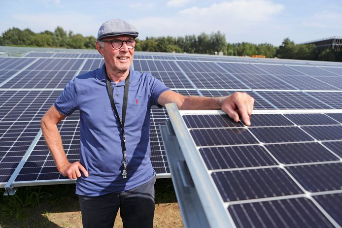 René van der Borch tot Verwolde tussen de zonnepanelen van het zonnepark aan de Maatweg.