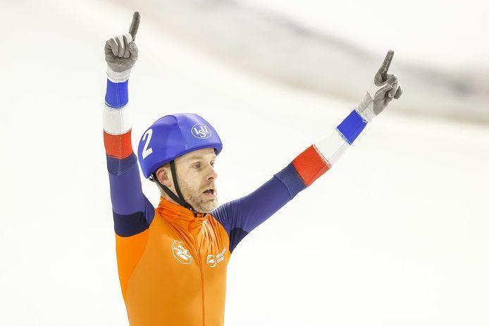 Arjan Stroetinga juicht na het winnen van de finale van de mass start  tijdens de wereldbeker schaatsen in Thialf.