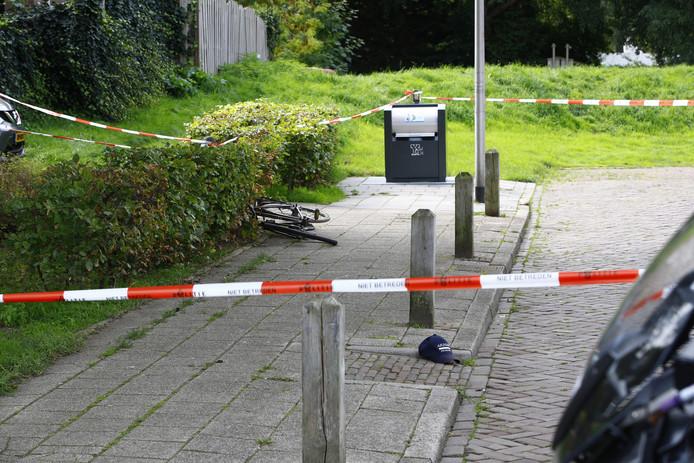 Een fiets en een petje bij de plek van de steekpartij.