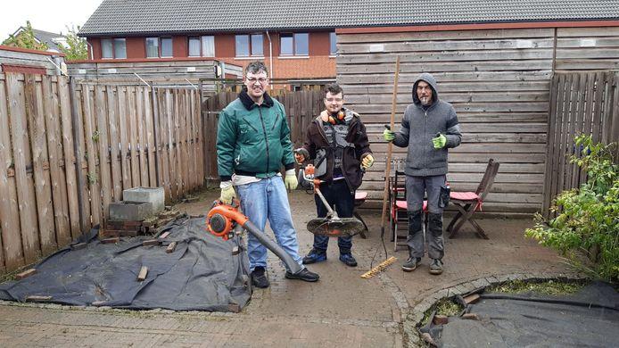 Drie cliënten van Yulius werken vandaag in de tuin van een bewoner in Hendrik-Ido-Ambacht. ,,Deze mensen zijn uit hun ritme.''