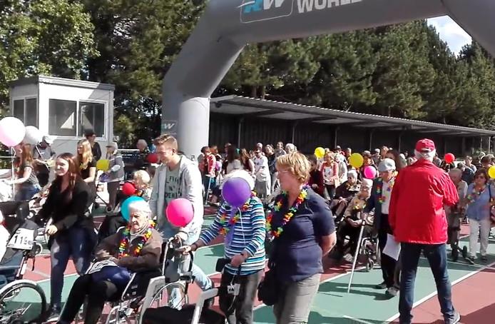 Zo'n zestig Bredanaars die moeilijk ter been zijn kwamen op het evenement af met rollators, wandelstokken of ondersteund door hun partner.