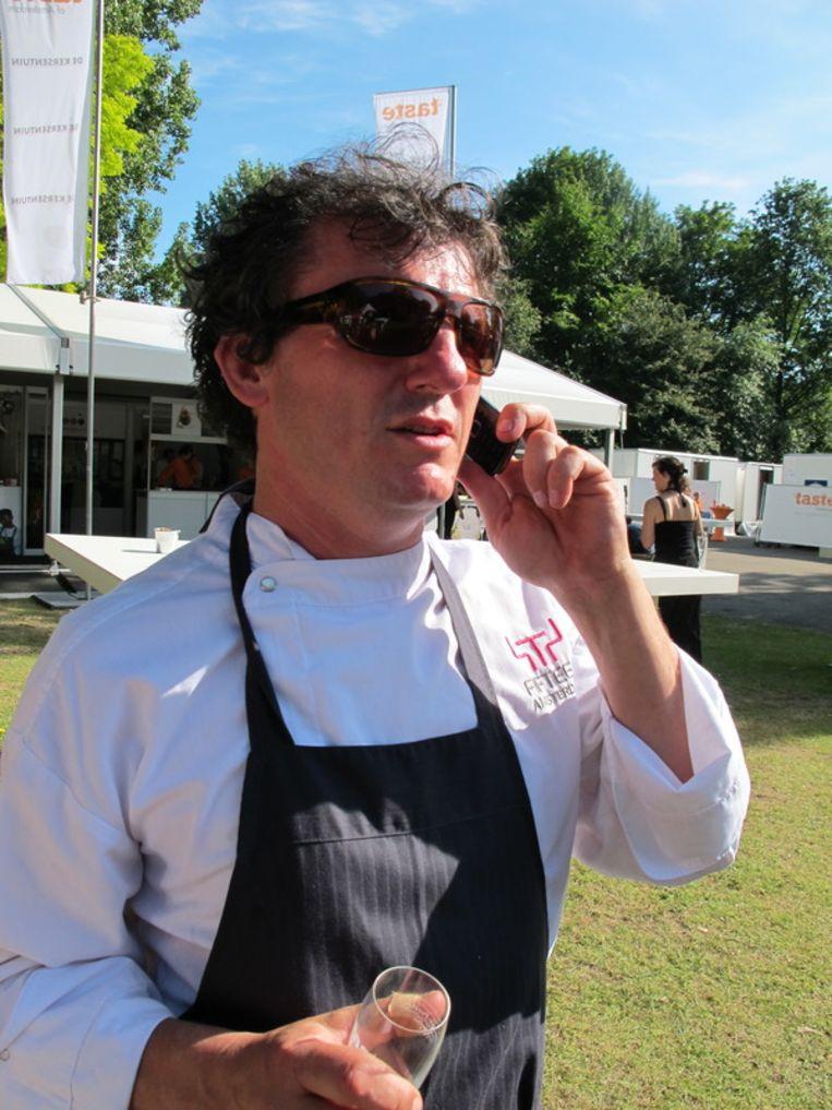 Chef-kok Leonardo Pacenti (Toscanini) scheldt zijn telefoon vol na de afgang van Italië op het WK. Beeld