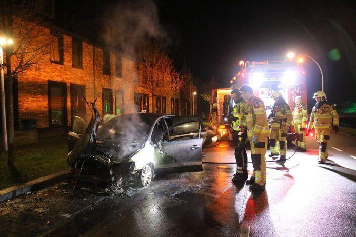 De uitgebrande auto aan de Jac. P. Thijsselaan in Zwolle.