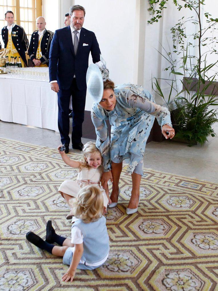 Prinses Madeleine met haar kindjes Leonore en Nicolas en op de achtergrond haar man Chris O'Neill in 2017. Beeld EPA