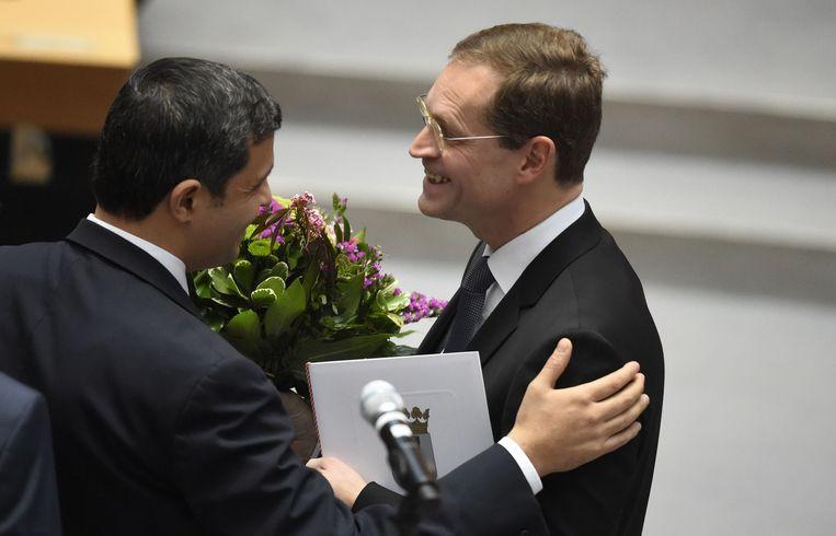 De kersverse Berlijnse burgemeester Müller wordt gefeliciteerd in het Berlijnse parlement. Beeld afp