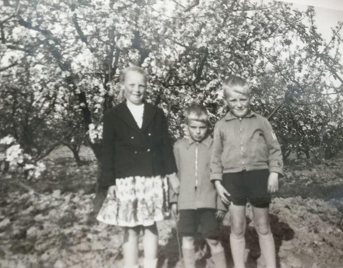 Lenie Christiaanse- de Vrieze (links) samen met haar broertjes,