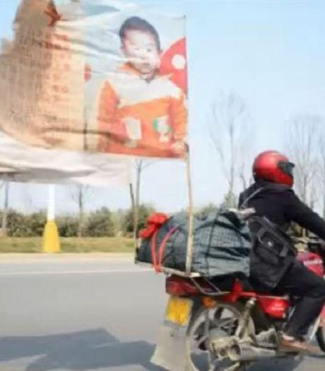 Chinese vader herenigd met ontvoerde zoon naar wie hij 20 jaar zocht op zijn motor