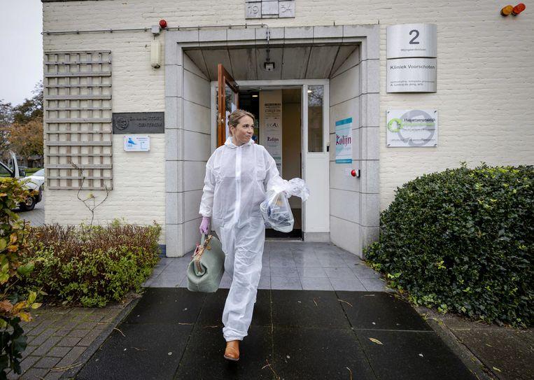 Een huisarts is in beschermende kleding onderweg naar een patiënt. Beeld ANP