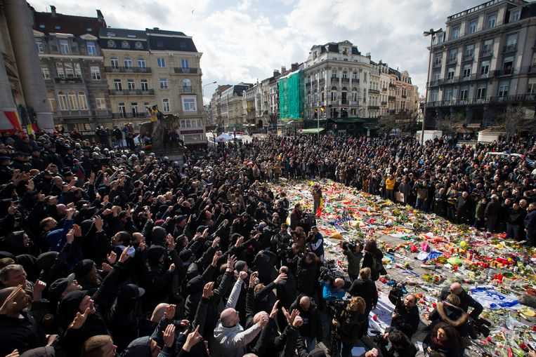 Extreemrechtse hooligans verstoren een herdenking op de zondag na de aanslagen in Brussel. Beeld BELGA