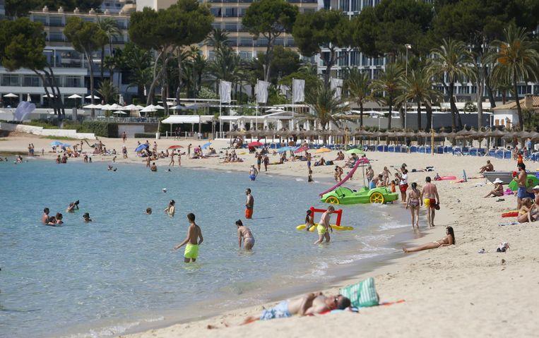 Vakantiegangers op het Spaanse eiland Mallorca genieten van het mooie weer.  Beeld Reuters