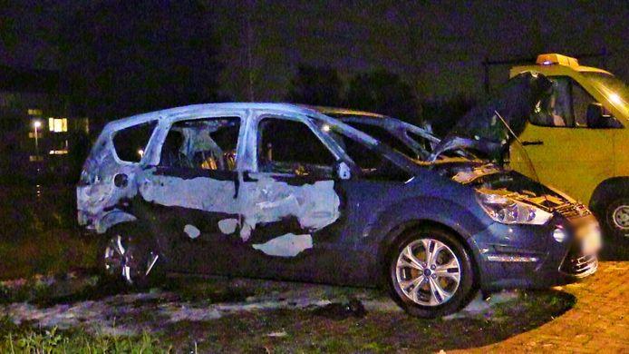 De auto is volledig volledig verwoest als gevolg van de brand.