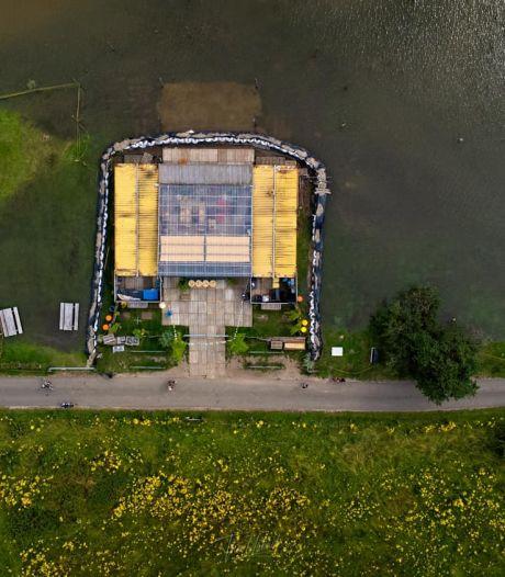 Eigenaren Meadow op het Deventer Stadsstrand houden hun hart vast: 'We slapen hier en blijven water wegpompen'