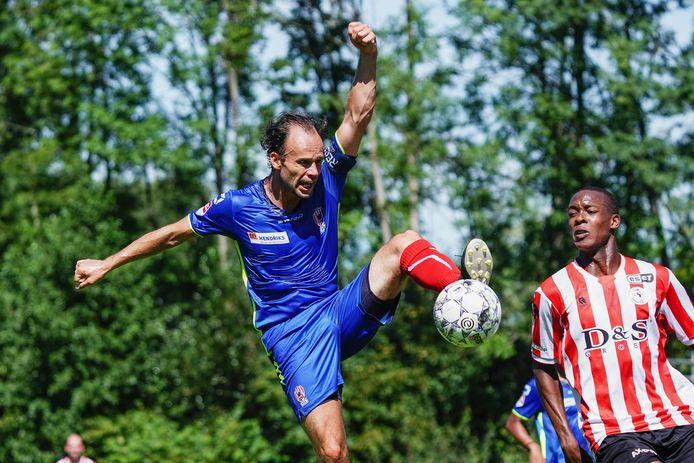 Niels Fleuren als aanvoerder van TOP Oss tegen Sparta in de voorbereiding dit seizoen.