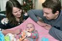 Wendy van Teeffelen en Stan Bons met hun dochtertje Yade die een zeer zeldzame huidaandoening heeft.